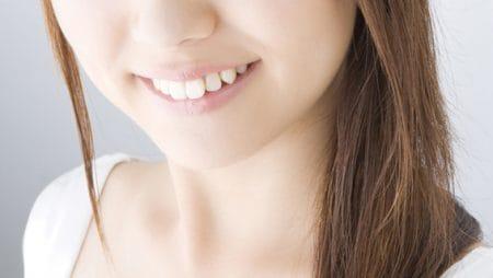 上下の前歯の間に隙間が空いてしまうのはどうして?