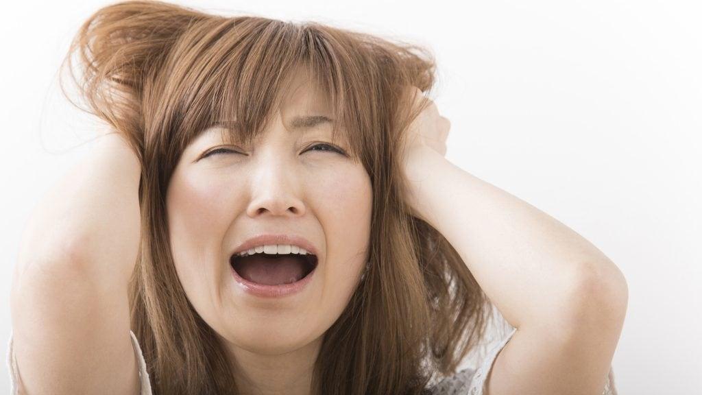 前歯にレジン製の人工歯を使うと着色してしまう?