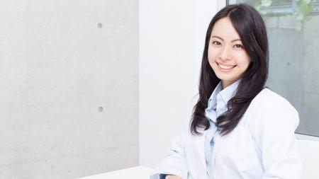 上顎が前に出ていて歯茎が見えるときの改善策は?