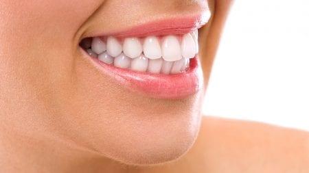 歯と歯の隙間に茶渋がつきやすいのはなぜ?