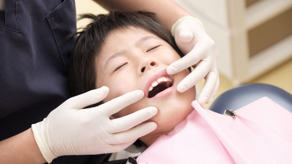 仮歯が舌にあたる原因とは?