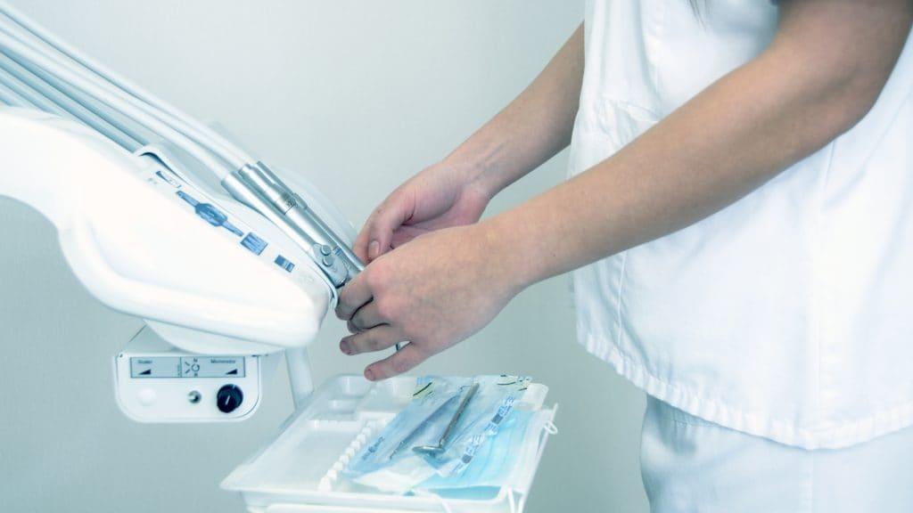 仮歯が外れた時の応急処置とは?