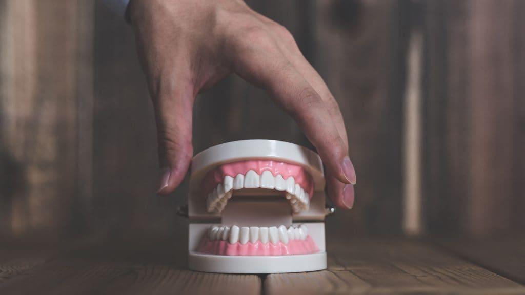 歯茎が下がる悩みはオールセラミックで解決できる?