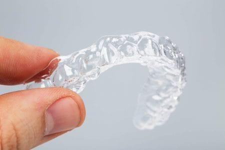歯科のマウスピース矯正(インビザライン)は痛みは少ない?ワイヤー矯正との違い