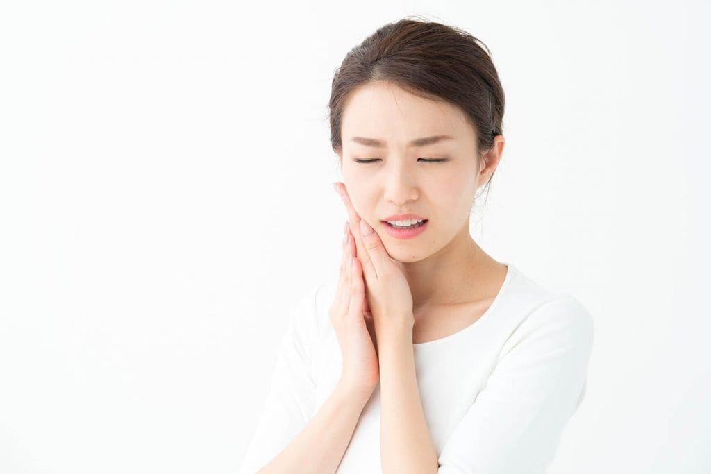 歯が痛い(歯痛)時の原因や応急処置方法を紹介|虫歯以外で痛みが出ることもある