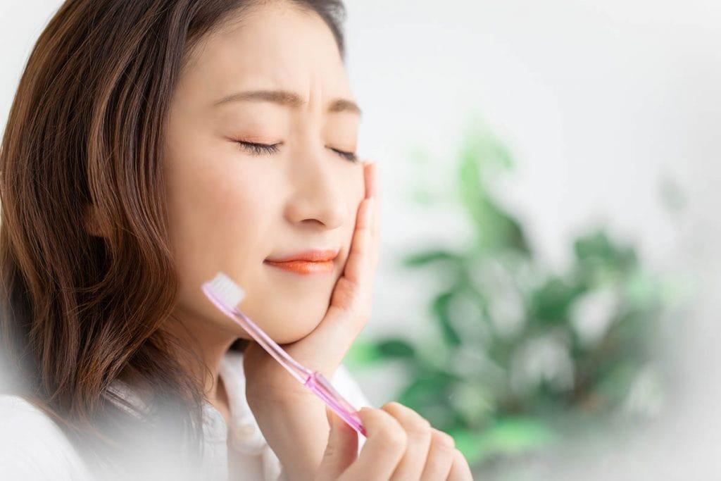 歯磨きで歯がしみる原因は知覚過敏|症状や治療について説明