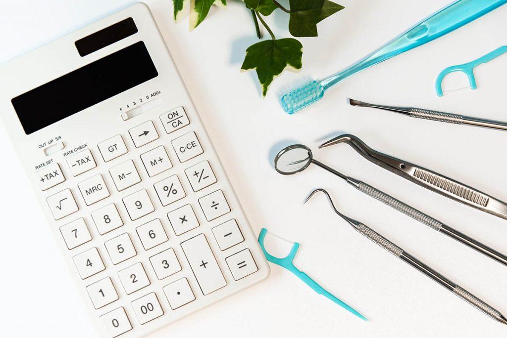 歯科クリニックでの自費診療と保険診療の違い|料金の違いは何か説明
